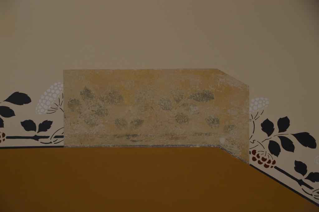 Sichtbarmachung der originale Wandbemalung im Treppenhaus des ehemaligen Direktorengebäudes. Foto: Gedenkstätte in der JVA Wolfenbüttel/ Stefan Wilbricht.