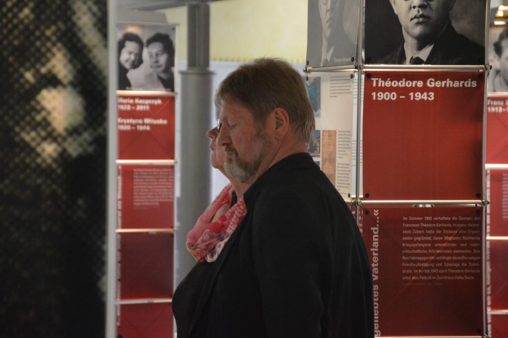 """Besucher in der Ausstellung """"Was damals Recht war..."""". Foto: Stefan Wilbricht/ Gedenkstätte in der JVA Wolfenbüttel"""