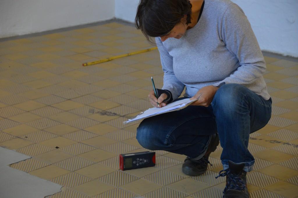 Die Bauforscherin Barbara Schulz lokalisiert den Standort der Guillotine im ehemaligen Hinrichtungsgebäude. Foto: Stefan Wilbricht/GWF