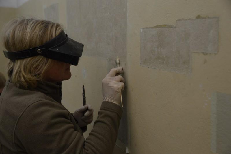 Baurestauratorin Beate Skasa-Lindermeir macht Wandritzungen in Zelle 128 sichtbar, Foto: Gerald Hartwig