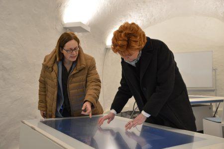 Ministerin Havliza probiert die Multi-Touch-Tische in der multimedialen Lernumgebung aus / Lukkas Busche