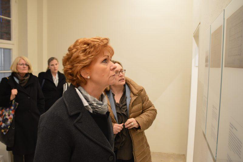 Die Niedersächsische Justizministerin Barbara Havliza bei ihrem Besuch in der Gedenkstätte / Lukkas Busche