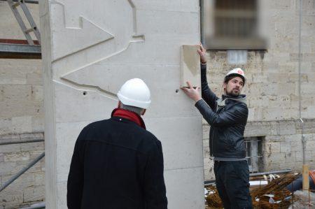 Ein Mitarbeiter der Firma Kümper+Schwarze Baubetriebe bei der Bemusterung / Lukkas Busche
