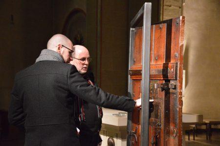 """Eine ehemalige Zellentür aus dem """"Grauen Haus"""" dient nun als Ausstellungsexponat / Lukkas Busche"""
