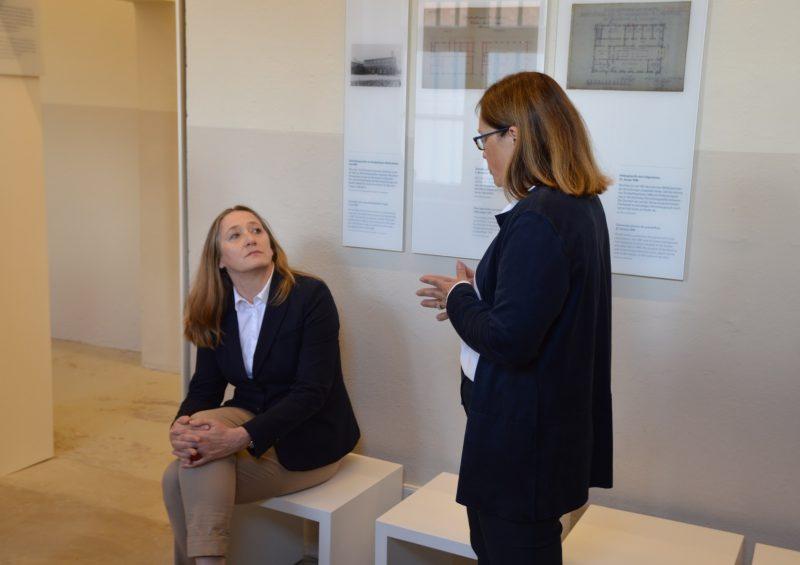 Gedenkstättenleiterin Martina Staats und die Landtagspräsidentin im Gespräch am historischen Ort. (Foto: Gedenkstätte in der JVA Wolfenbüttel / Sarah Kunte)