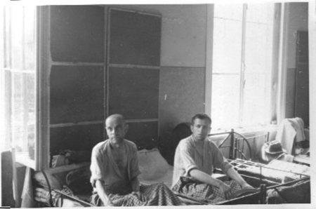 Gefangene des Strafgefängnisses Wolfenbüttel im Lazarett wenige Tage nach der Befreiung. • Howard Goodkind / Privatbesitz Tom Goodkind